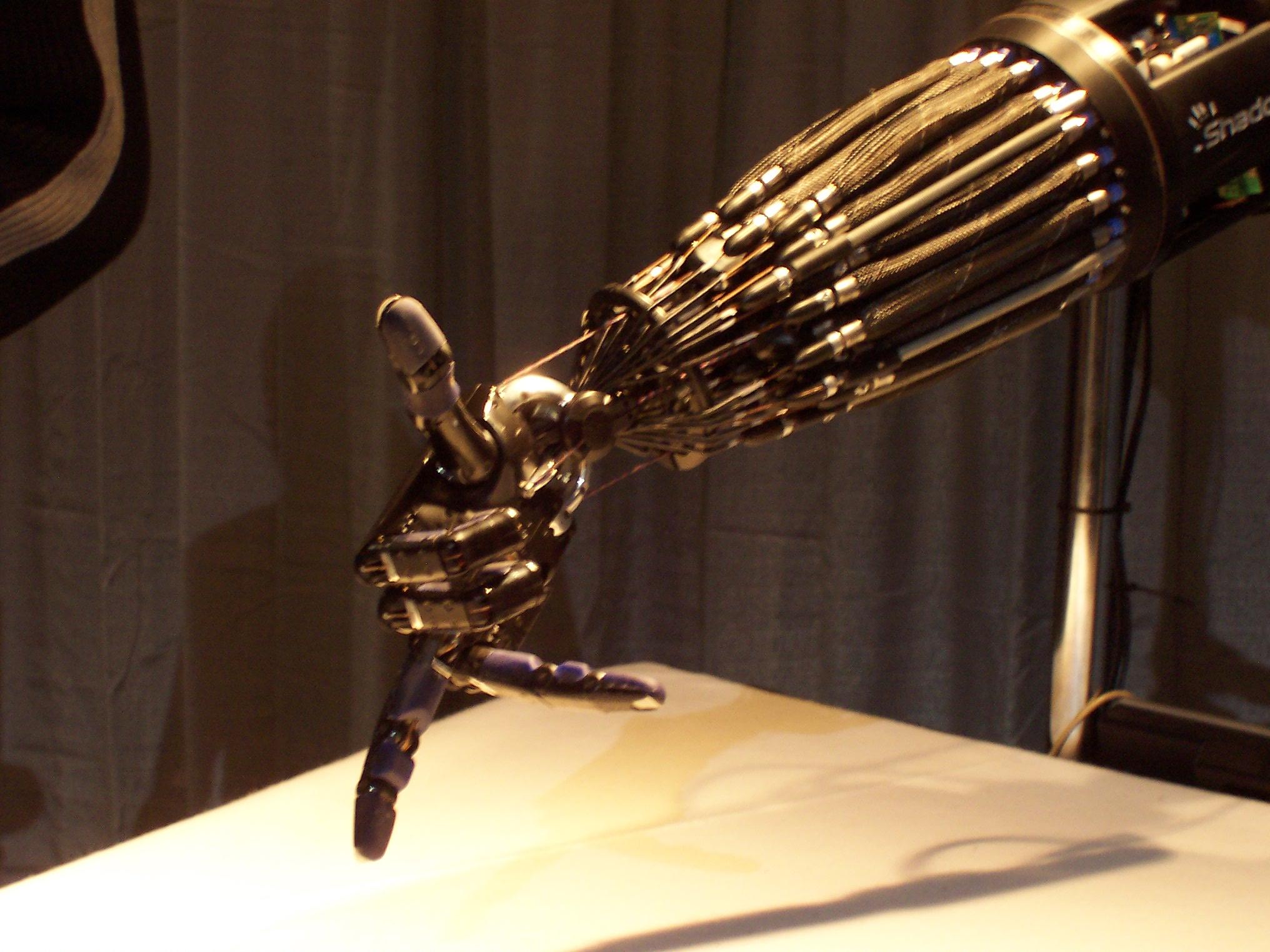 Первый в мире человек с механической рукой: chyyr 34
