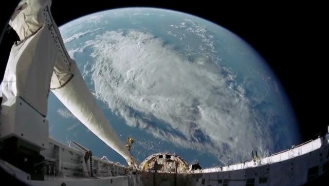 На видео видно, как между модулями международной космической станции на фоне черного неба проплывает шарообразный нло