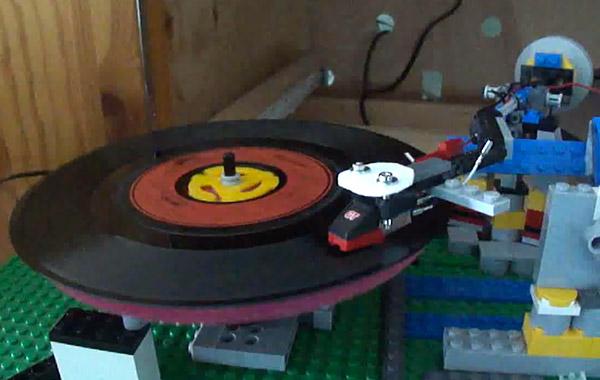 Проигрыватель виниловых дисков из Lego (видео)
