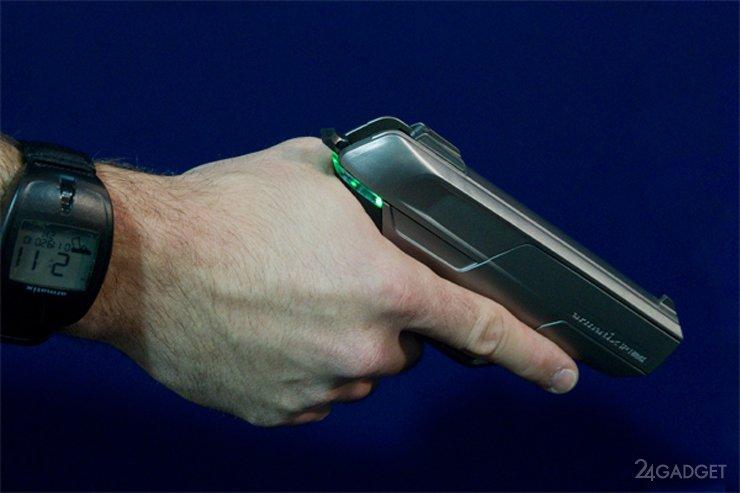 Пистолет, который не выстрелит без наручных часов (2 фото)