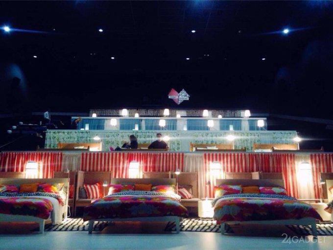 В Москве открылся первый кинозал с кроватями вместо кресел (6 фото)