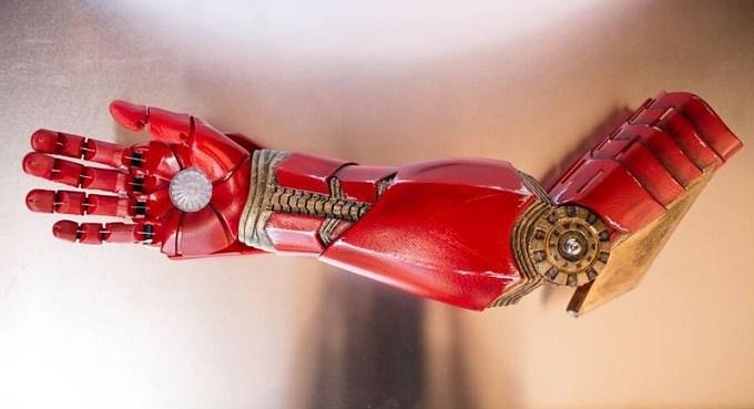 7-ми летний мальчик получил бионический протез руки Железного человека (видео)