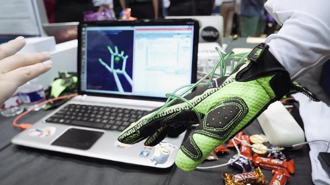 Hands Omni - перчатка виртуальной реальности (2 фото + видео)