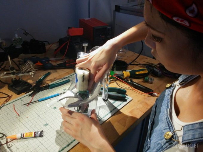 Владелица светящейся мини-юбки модифицировала туфли (22 фото)