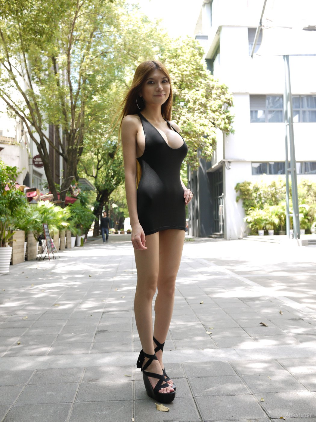 Порно короткая юбка на улице видео съемка порно