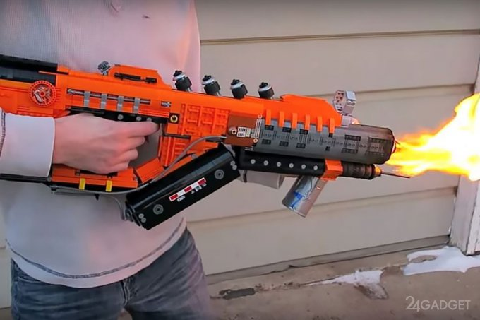 Рабочий огнемёт из LEGO (видео)