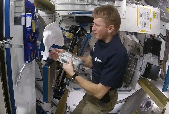 Космические водные процедуры (2 видео)