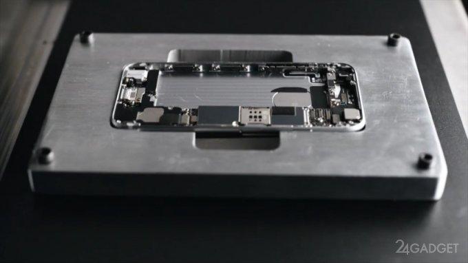 Робот потрошит смартфоны Apple (4 фото + видео)
