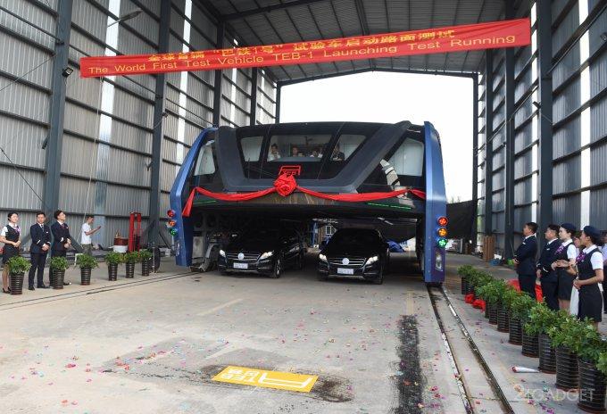 Китайцы испытали автобус, движущийся над автомобилями (6 фото + видео)