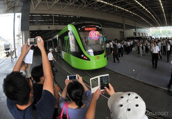 Китайский трамвай без проводов заряжается во время остановок (7 фото + видео)