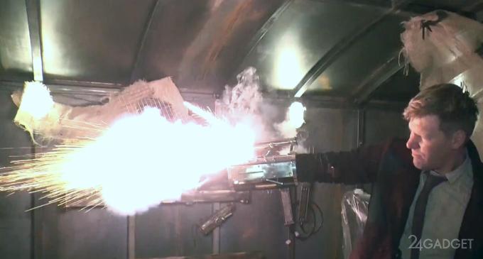 Боевой нарукавник выстреливает ракетами, ножами и током (видео)