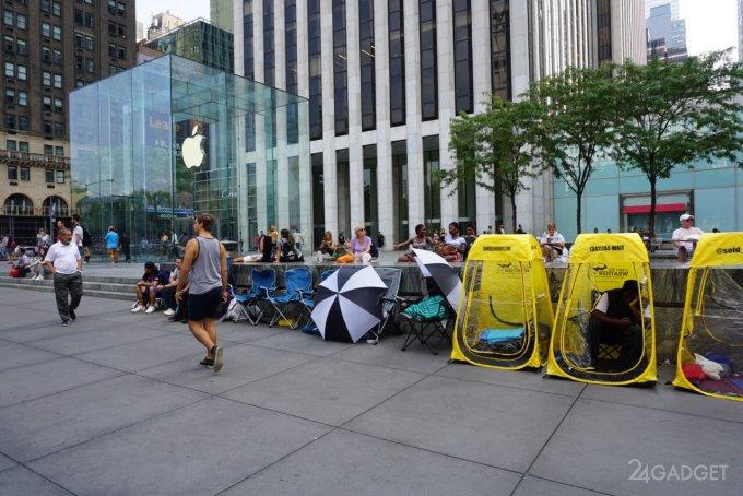 Фанаты Apple начинают занимать очередь за новым iPhone (5 фото)