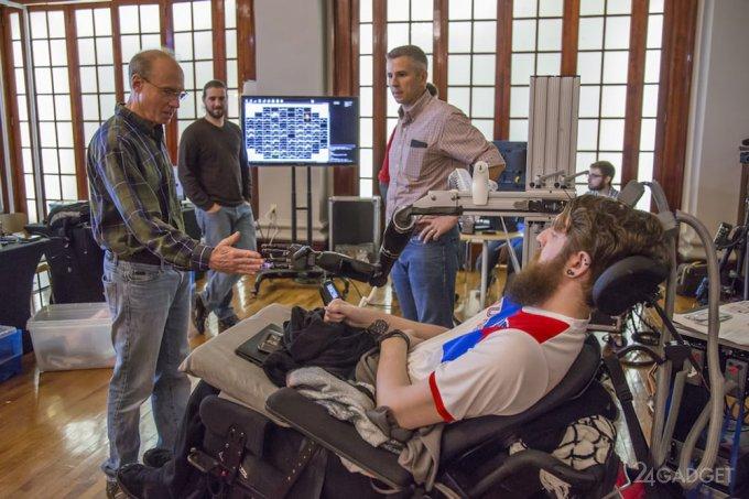 Управляемая силой мысли роборука вернула парализованному осязание (5 фото)