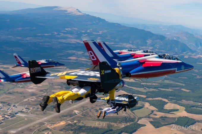 Экстремалы в реактивных ранцах составили компанию самолетам «Патруль де Франс» (10 фото + 2 видео)