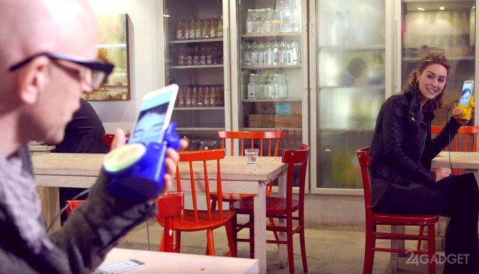 Чехол Kissenger для смартфона передает поцелуи на расстоянии (5 фото)