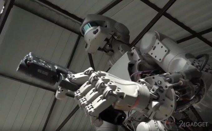 Стрельбу робота Федора с двух рук засняли на видео