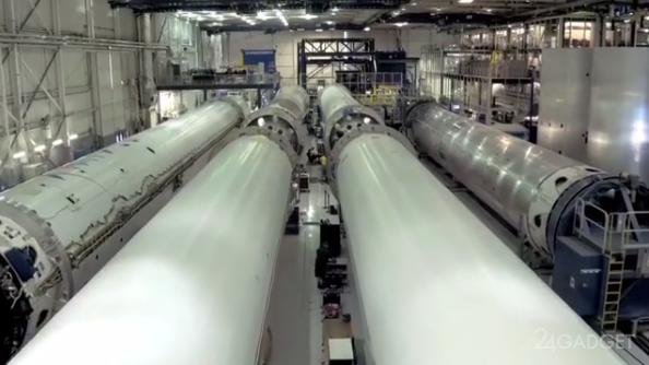 Илон Маск устроил мини-тур по заводу Falcon (видео)