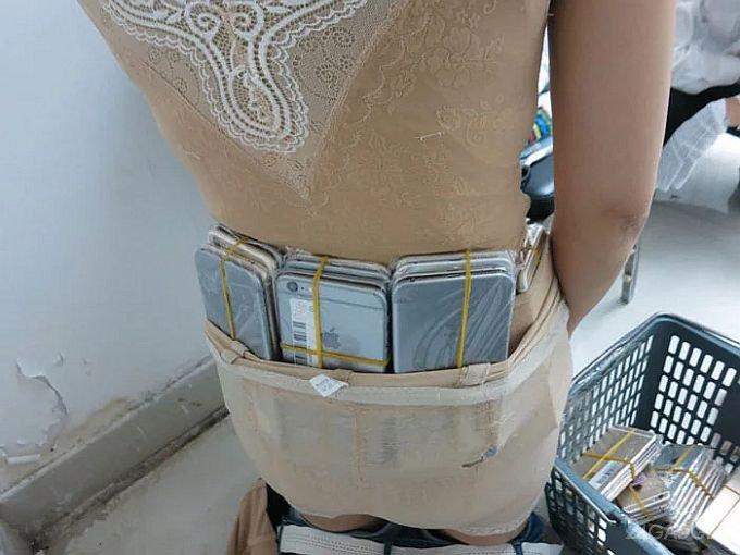 В Шэньчжэне поймали контрабандистку с 20 кг iPhone (4 фото)