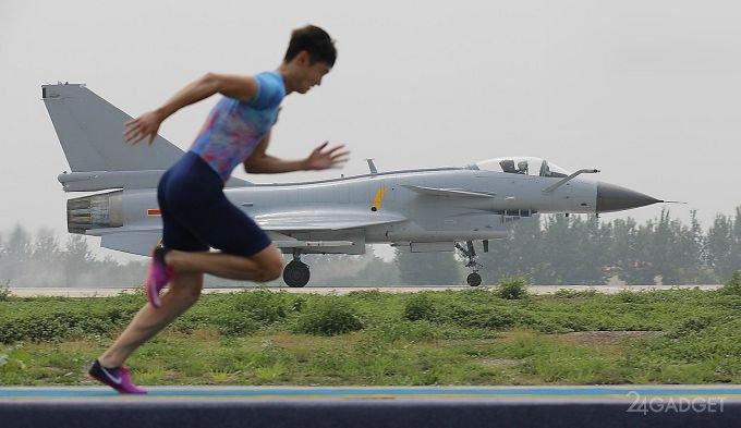 Китайский легкоатлет обогнал боевой истребитель (видео)