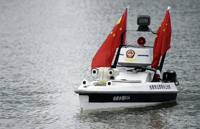 Тонущих китайцев теперь спасает беспилотный катер (4 фото)