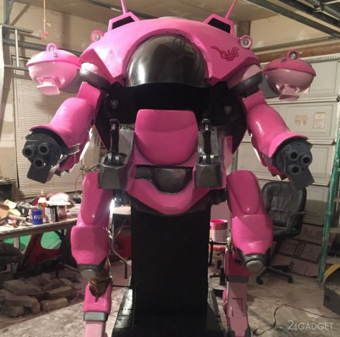 Отец подарил дочери робокостюм из Overwatrch (4 фото + 2 видео)