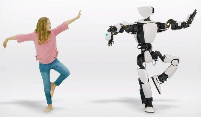 Робот Toyota T-HR3 в точности повторяет движения человека
