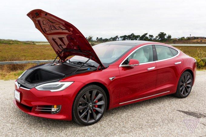 Электромобиль Tesla Model S превратили в майнинг-ферму (3 фото)