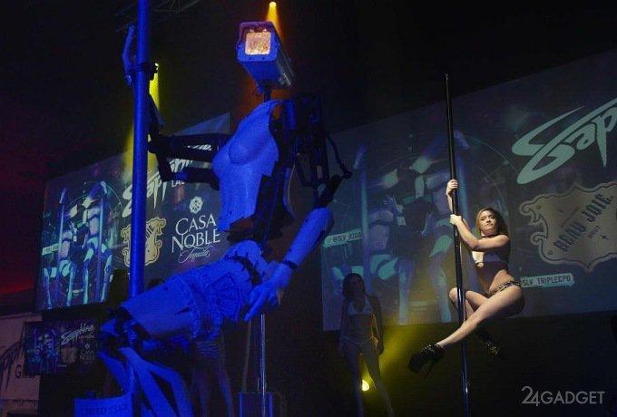 Посетителей выставки CES развлекают роботы-стриптизерши