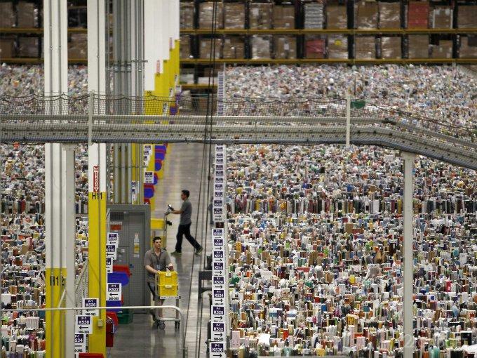 Amazon оденет на сотрудников браслеты, отслеживающие их движения