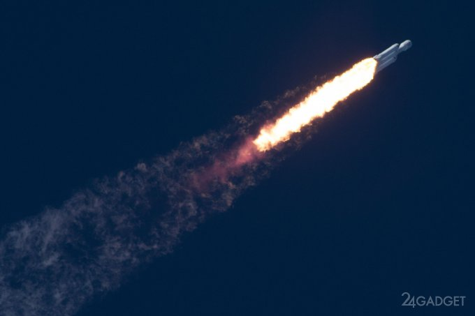 SpaceX успешно запустила сверхтяжелую ракету Falcon Heavy (7 фото + видео)