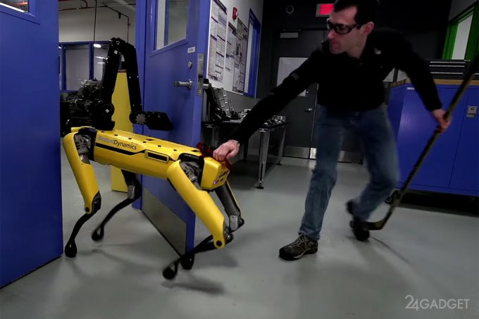 В Boston Dynamics издеваются над открывающим дверь робопсом