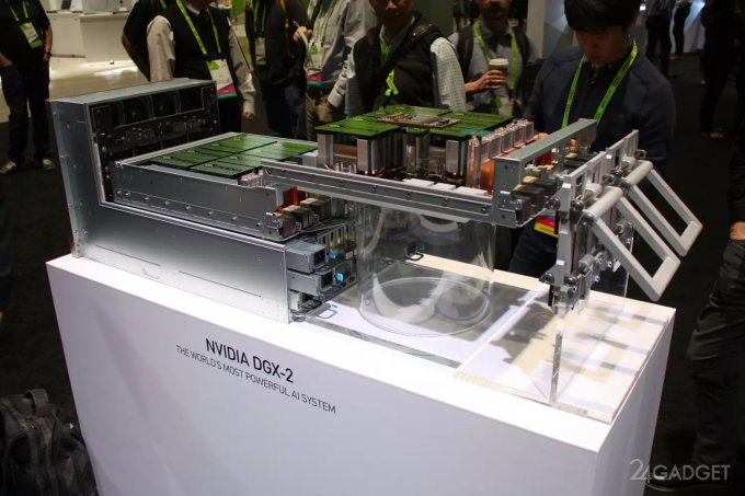 NVIDIA представила суперкомпьютер DGX-2 с 512 ГБ видеопамяти (10 фото)