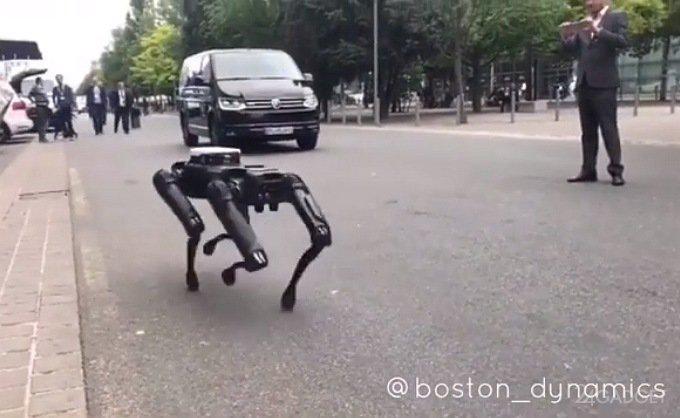 Робопес SpotMini прогулялся по оживлённым улицам Ганновера (видео)