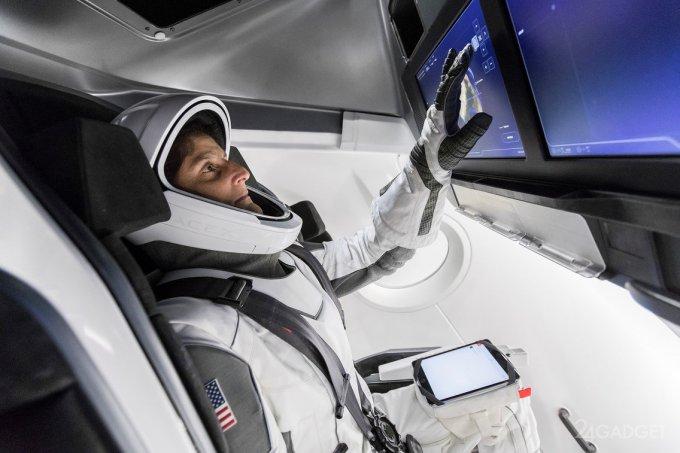 Астронавт NASA рассказала о преимуществах скафандров от SpaceX и Boeing (5 фото)