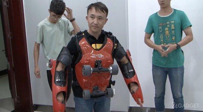 Китаец устроил езду по городу в роликовом костюме Джеки Чана (3 фото + видео)