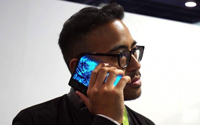 На CES 2019 привезли новый складной смартфон с гибким экраном (19 фото + видео)