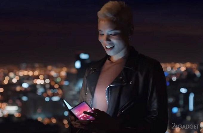 Samsung «засветил» складной смартфон в рекламном ролике (3 фото + видео)