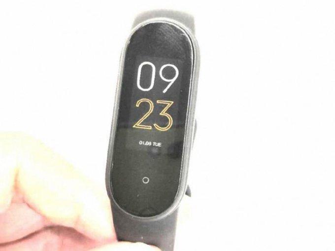 Представлено первое живое фото фитнес-браслета Xiaomi Mi Band 5