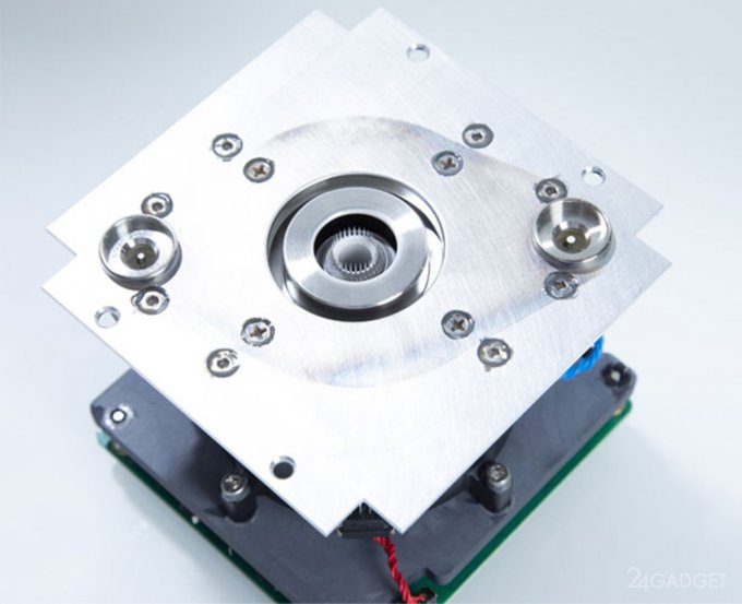 Крошечный космический ионный двигатель для спутников (2 фото + видео)