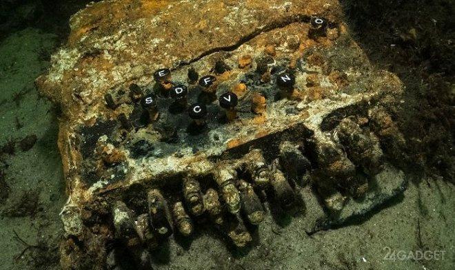 Дайверы подняли на поверхность Балтийского моря легендарную нацистскую Enigma (2 фото)
