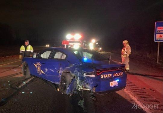 Tesla на автопилоте столкнулась со стоящей полицейской машиной (3 фото)