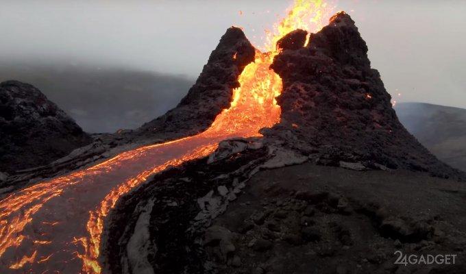 Беспилотник отснял извержение вулкана, пролетая над его жерлом