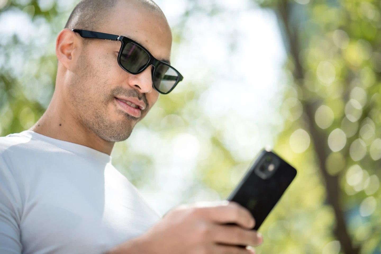 Тонировкой умных солнцезащитных очков Dusk можно управлять через смартфон (видео)