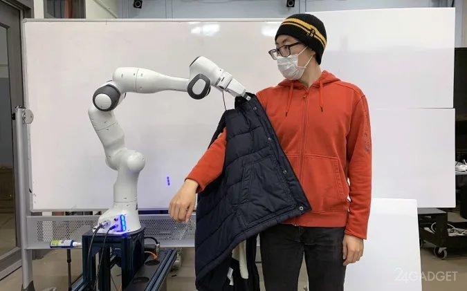 Робот поможет человеку одеться (видео)