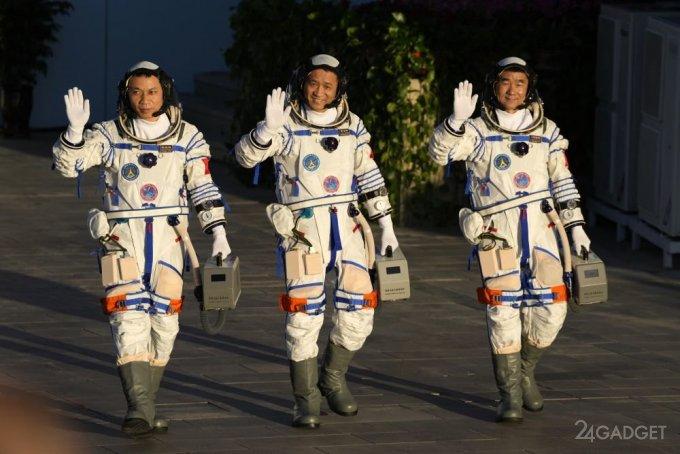 Китайские астронавты вернулись на Землю и показали эффектные снимки Земли с космоса (8 фото)